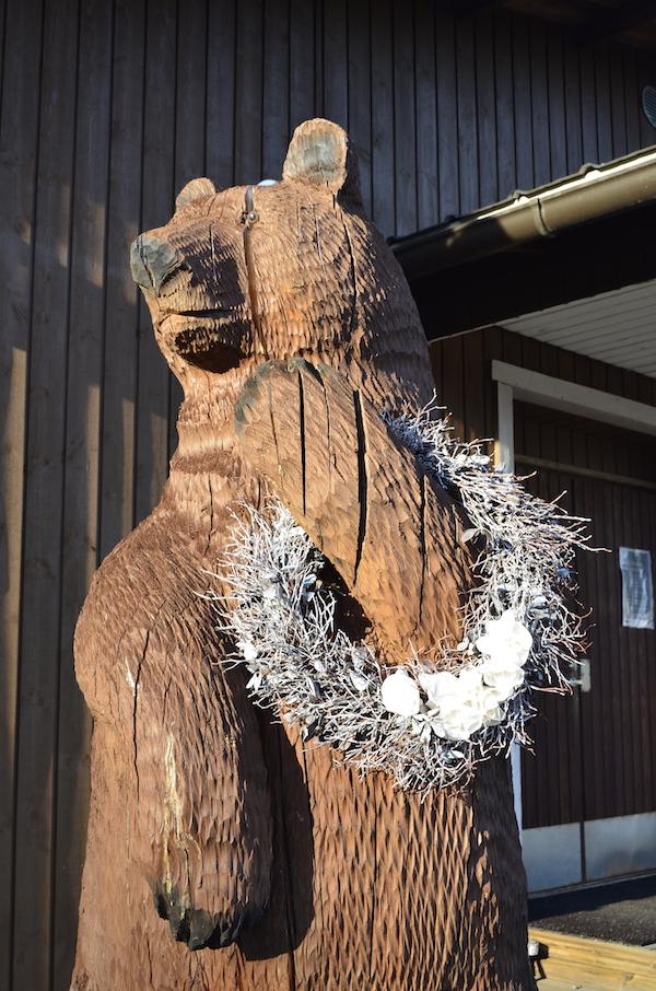 Erämajan karhu toivottaa vieraat tervetulleeksi