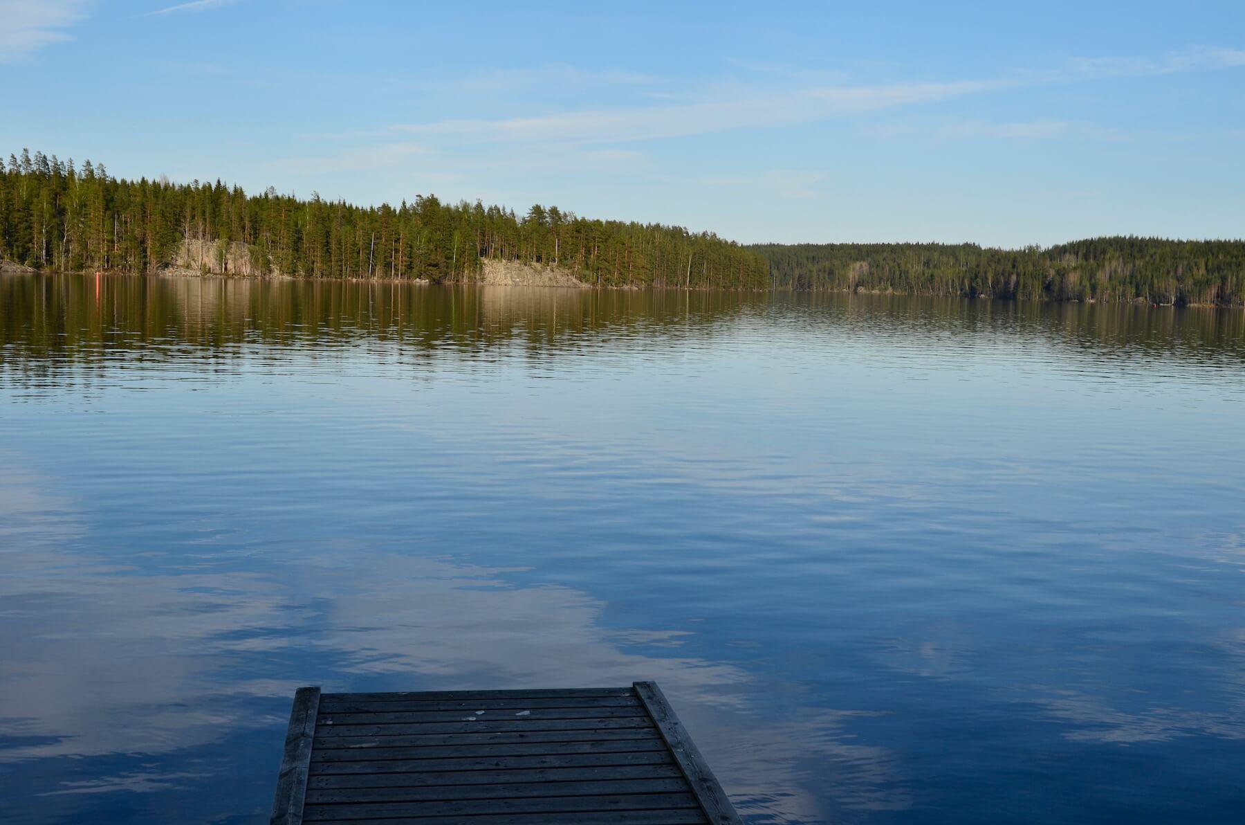 Juhlapaikka sijaitsee järven rannalla
